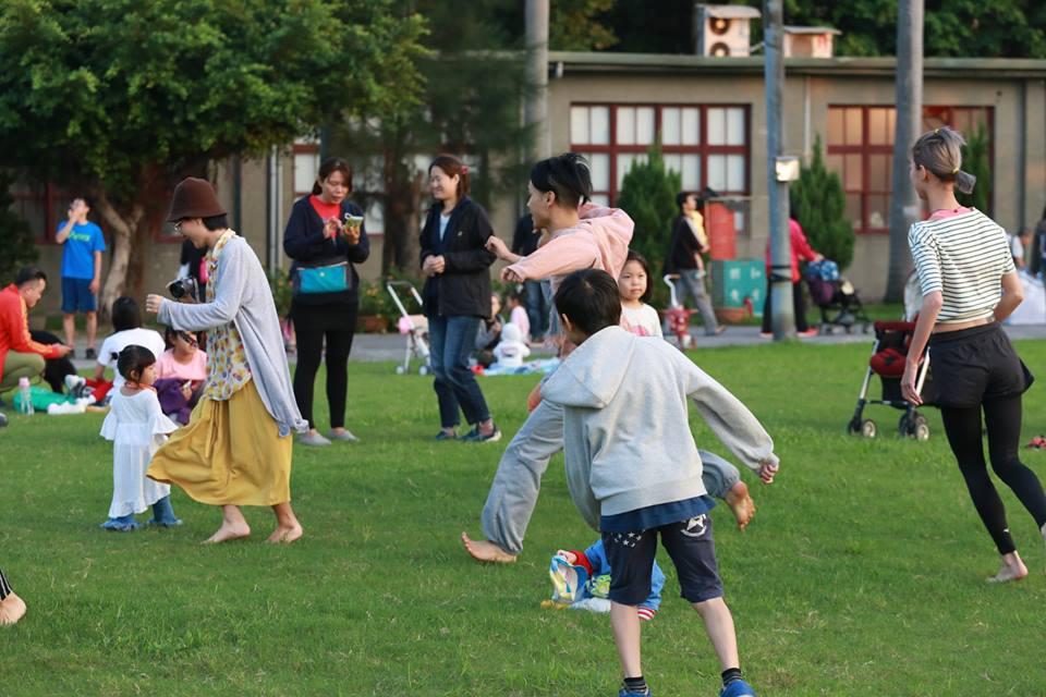 跟著鼓聲動次動 在435草地上隨性的跳舞吧!